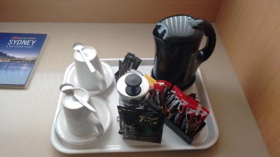 Ibis Sydney World Square: great tea/coffee facilities (we alreay ate the biscuites)