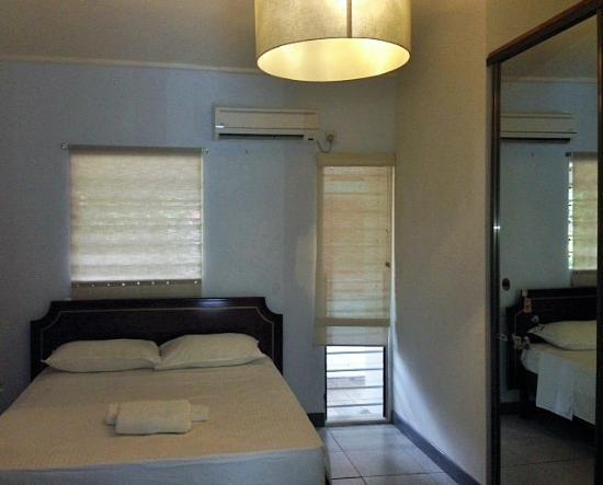 Beau Vallon Bungalows : House Room