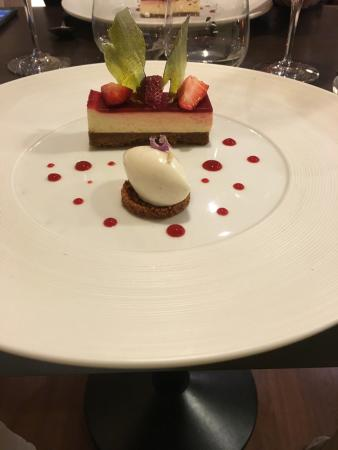 Le Bistrot des Saveurs : Creative cheescake with strawberry