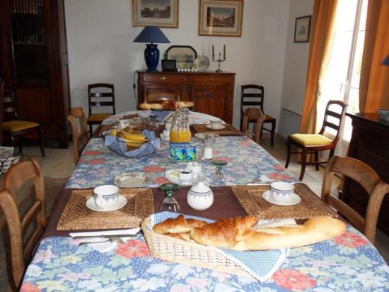 Montepilloy, Francia: Petits déjeuners servis dans la salle à manger