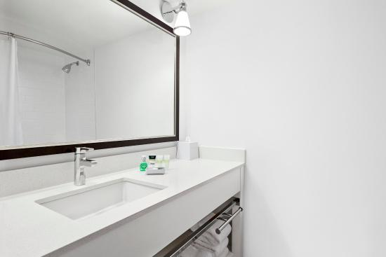 Four Points by Sheraton Edmonton South: Guest Bathroom