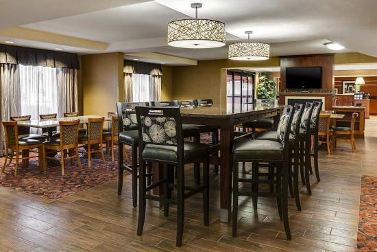 Hampton Inn Dubuque: Lobby Seating