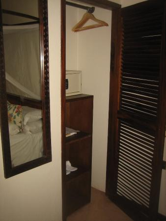 Emin Pasha Hotel: Rather small wardrobe with safety deposit box