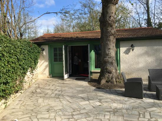 Limetz-Villez, França: little cottage in the grounds where we stayed - super and clean