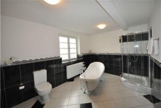 suite bad picture of hotel karolingerhof krov tripadvisor. Black Bedroom Furniture Sets. Home Design Ideas