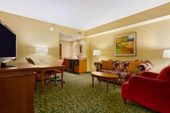 Embassy Suites by Hilton St. Louis St. Charles: Suite Living Area