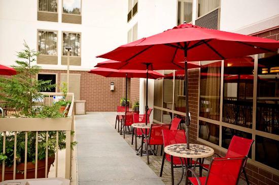 Hampton Inn Atlanta - Northlake: Exterior Sidewalk Seating Area