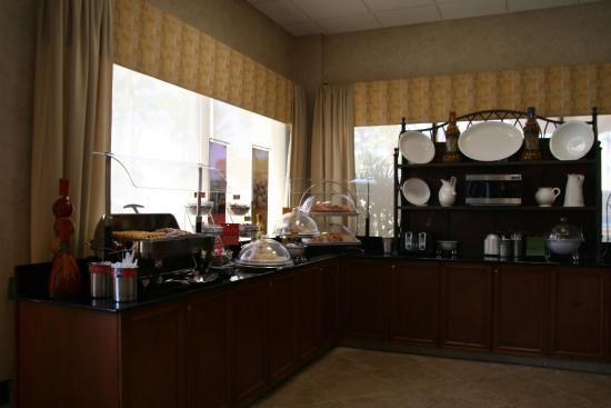 Hampton Inn Daytona Speedway / Airport : Breakfast Bar