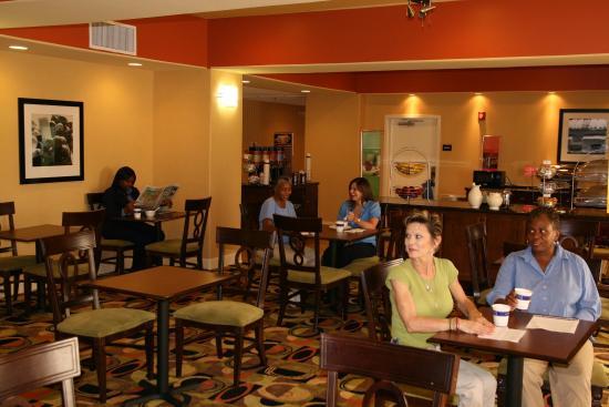 Hampton Inn Baton Rouge - Denham Springs : Breakfast Area