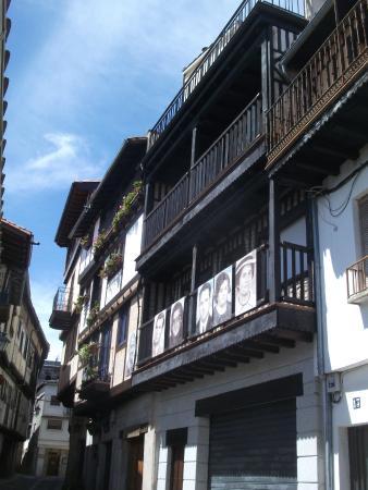 Mogarraz, Espanha: Lovely lane, balconies and pictures