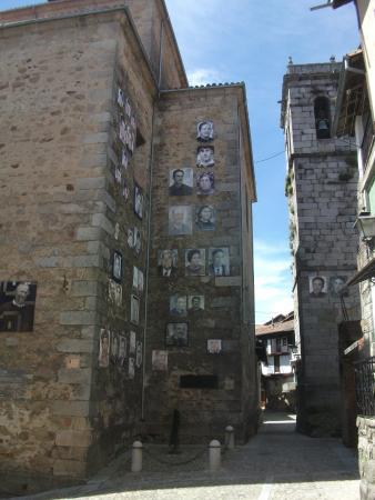 Mogarraz, Espanha: The portraits on the church