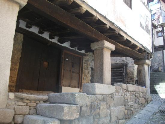 Mogarraz, Espanha: Arcaded building on a hill