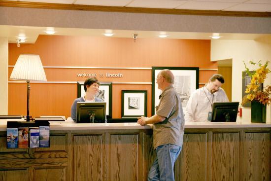 Hampton Inn Lincoln - Heritage Park: Front Desk