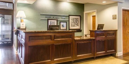 Hampton Inn Charleston - Daniel Island: Front Desk