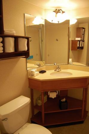 Batesville, IN: Double Beds Bathroom