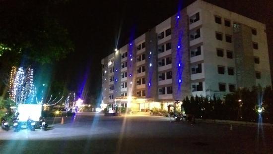 Princess Suvarnabhumi Airport Residence: Vacker ljussättning på kvällarna
