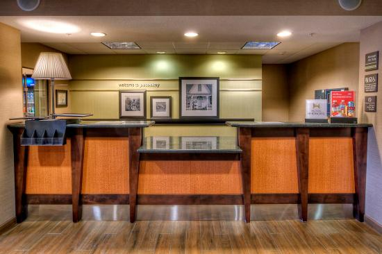 Hampton Inn & Suites Petoskey: Front Desk