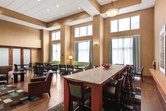 Hampton Inn & Suites Greenfield: Lobby Lounge