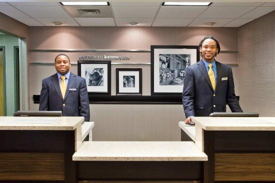 Hampton Inn Atlanta Town Center / Kennesaw: Reception Desk