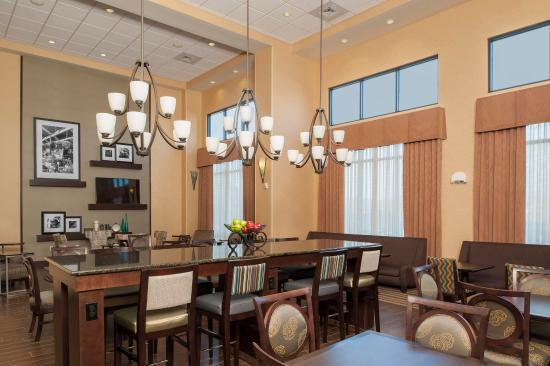 Hampton Inn & Suites Grand Rapids Airport / 28th St: Hotel Lobby
