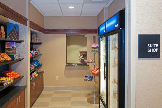 Hampton Inn & Suites Grand Rapids Airport / 28th St: Suite Shop