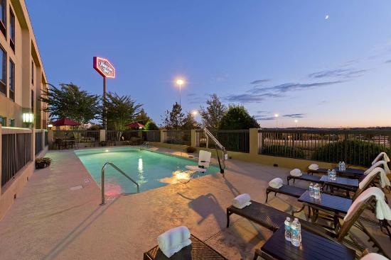 Hampton Inn Anderson: Pool Night
