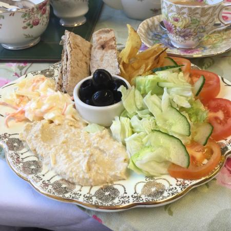 Ashby de la Zouch, UK: This was our lunch consisting of warm pitta bread with humous,salad and olives