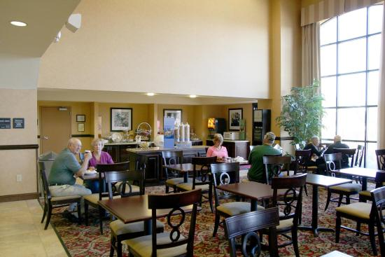 Hampton Inn & Suites Fredericksburg: Breakfast Dining Area