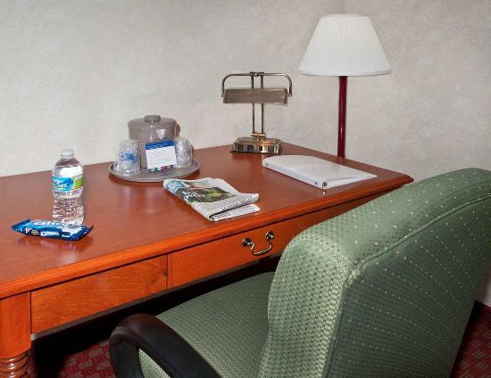 Matthews, Carolina del Norte: King Guest Room Desk