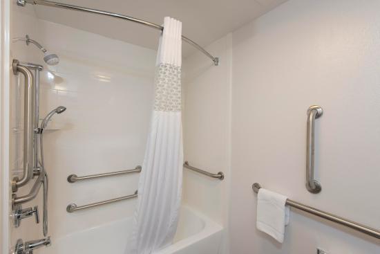 Wyoming, MI: accessible room w/tub