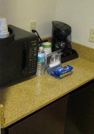 Hampton Inn & Suites Boynton Beach: Microwave & Coffee Maker