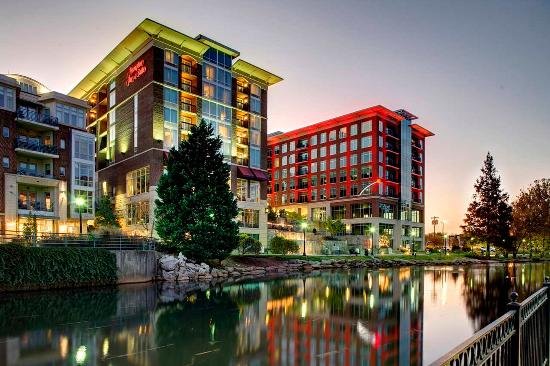 Hampton Inn & Suites Greenville - Downtown - Riverplace: Hotel at Night