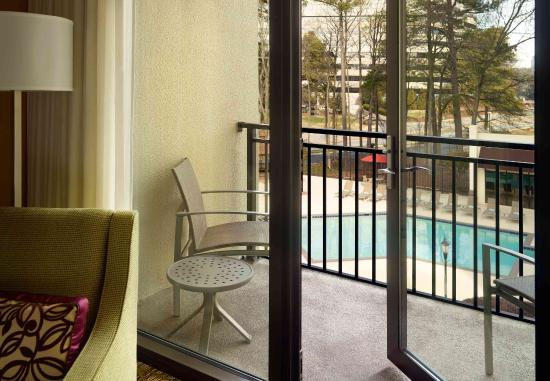 Dunwoody, จอร์เจีย: Guest Room - Balcony and Pool view