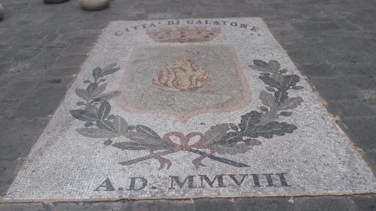 Galatone, Italie : Mosaico davanti la Chiesa