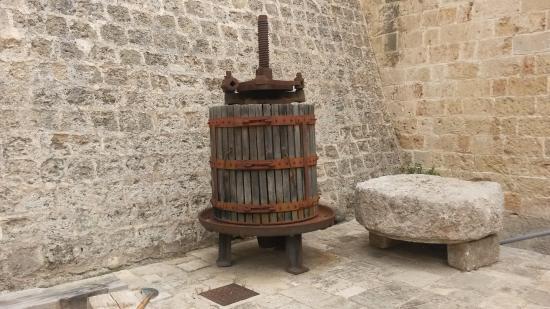 Galatone, Italie : Uno dei reperti all'interno dei cortile