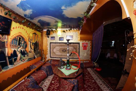 Mykolayiv, Ucrania: В ресторане есть маленькие, уединенные кабинки, где можно покурить кальян или просто спрятаться.
