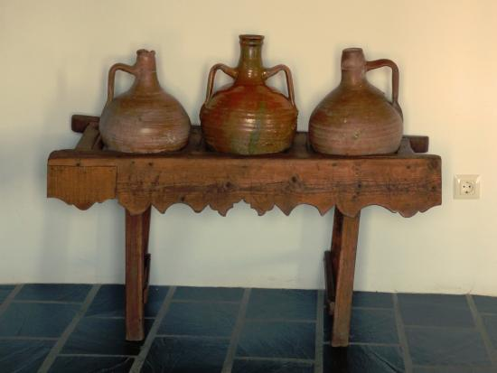 Mairena, İspanya: Oil jars in our room