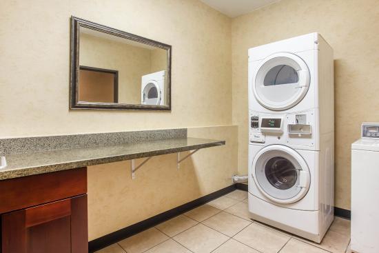 Comfort Suites Vancouver: Laundry