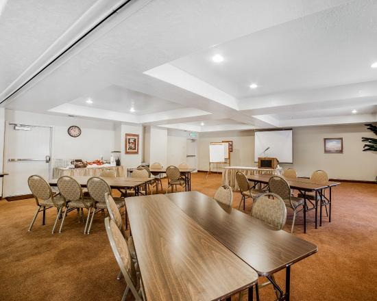Clarion Suites: Meeting Room