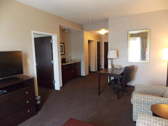 Canton, OH: Wet bar and living area in our spacious Suites