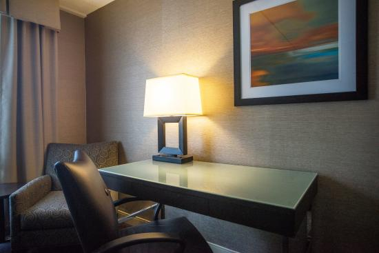 South Kingstown, RI: Rooms feature spacious desk spaces
