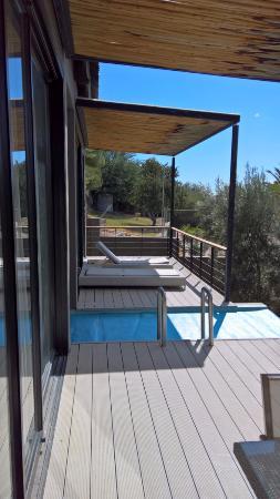 The Olive Exclusive: Außenbereich vor Zimmer 3, mit kleinem Pool