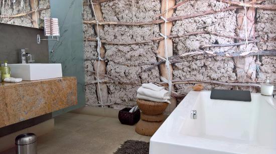 The Olive Exclusive: Waschtisch & Badewanne, Zimmer 3