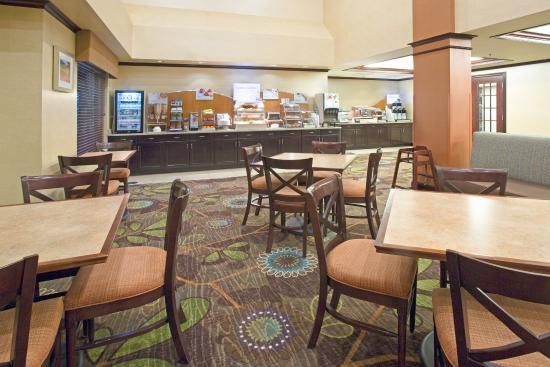 Holiday Inn Express Minot South: Breakfast Bar