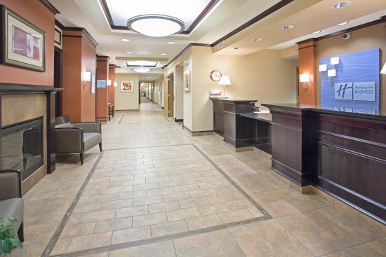 Holiday Inn Express Minot South: Hotel Lobby