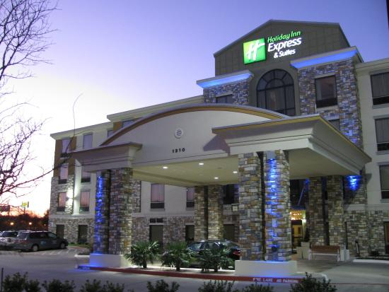 Holiday Inn Express Hotel & Suites Dallas South-DeSoto: Hotel Exterior