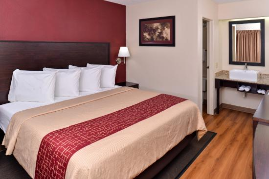 Champaign, IL: Deluxe 1 King Bed