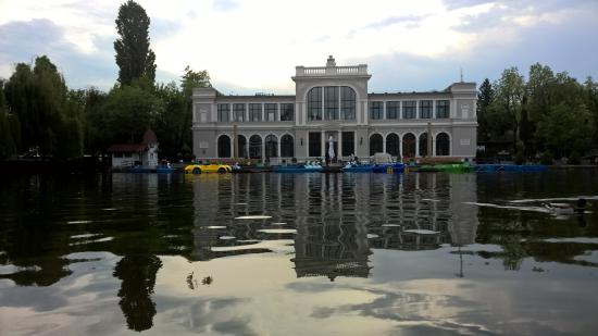 Cluj-Napoca, Roumanie : Casino and the lake