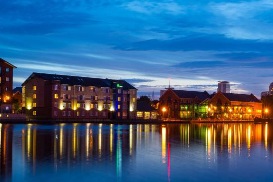 Holiday Inn Express Cardiff Bay: Summer nights on the wharf