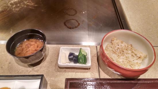 Izutsuya: garlic rice, soup and pickles